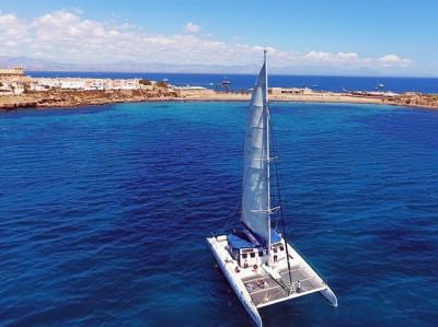 Atardecer en barco en Alicante ¡Un paseo en catamarán a vela!