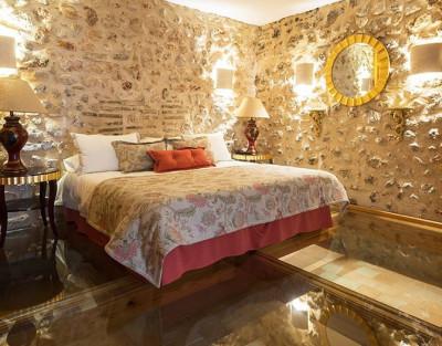 Escapada Romántica con Suite Real y Jacuzzi en Hotel Casa Babel