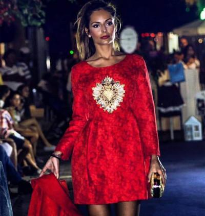 Vestido de fiesta corto rojo con detalle bordado